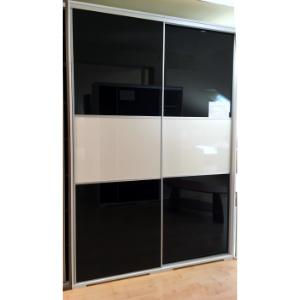 Gardróbszekrény tükörfényes akril betéttel (méret: 250x180x62cm, 308.500,-Ft)